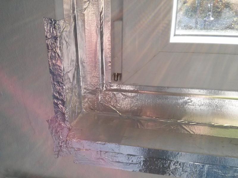 Diese dezente Klebefolie aus Aluminium soll das PCB etwas zurückhalten - mittelfristig muss aber ordentlich saniert werden.